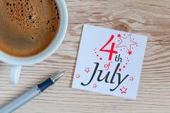 Straßen-Clown grüßt Leute 4. Juli Bild des vom 4. Juli Kalenders am hölzernen Schreibtischhintergrund Baum auf dem Gebiet Stockfotos
