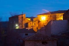 Straßen an der alten spanischen Stadt am Abend Utrillas Stockfotografie