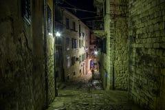 Straßen der alten Stadt Kotor nachts Lizenzfreie Stockfotos
