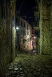 Straßen der alten Stadt Kotor nachts Lizenzfreie Stockbilder