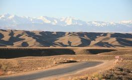 Straßen der Kazakhstan-Steppe stockbilder