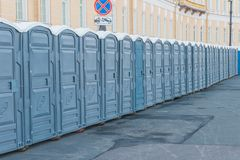 Straßen der Stadt schlossen auf öffentlichen Toiletten eines Vorhängeschlosses stockfotos