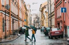 Straßen der Stadt sind Leute im Regen Russland, St Petersburg, im Mai 2015 Lizenzfreie Stockfotos