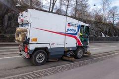 Straßen, die nach dem Winter durch eine Bürstenmaschine gesäubert werden lizenzfreies stockbild
