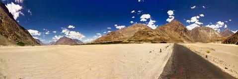 Straßen durch Wüste und Berge Ladakh Stockfotografie