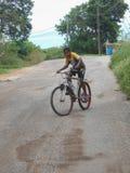 Straßen-Fahrrad-Fahrt durch einen Jungen lizenzfreie stockbilder