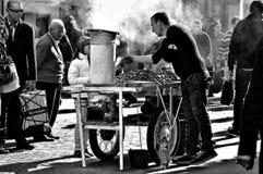 Straßen-Fotografie 67: Der Backungsnussverkäufer Stockfoto