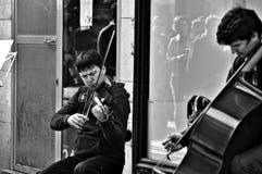 Straßen-Fotografie 70: Straßenmusikerausführung Stockbild