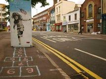 Straßen-Graffiti eines Mädchens, das Hopse spielt Stockfoto