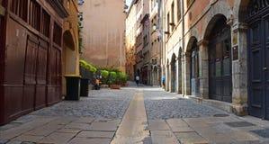 Straßen im alten Viertel mit zentraler Gosse Lizenzfreie Stockfotos