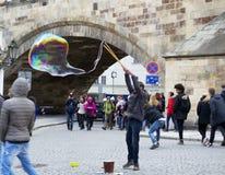 Straßen-Künstler, der Blasen macht Stockbild