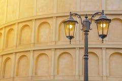 Straßen-klassische Lampe mit altem Gebäude, Weinlese-Konzept Backg Stockbild