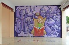 Straßen-Kunst-Lesung ein Buch Lizenzfreie Stockfotografie