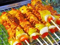 Straßen-Lebensmittel - gegrillte Fleisch-Aufsteckspindeln stockfoto
