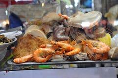 Straßen-Lebensmittel in Saigon, Vietnam Fische, Garnele und Krake Stockbilder