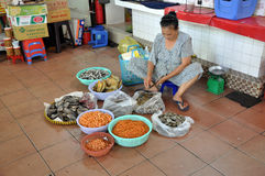 Straßen-Lebensmittel in Saigon, Vietnam Fische, Garnele und Miesmuscheln Stockfoto