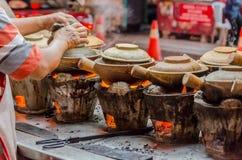 Straßen-Lebensmittelzubereitung mit Tongefäßen in Kuala Lumpur, Malaysia Stockfotos