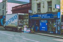 Straßen-Lieferung zum kleinen lokalen Speicher schürt herein Kate Stockfoto