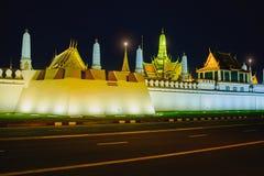 Straßen nähern sich Seiten dem großartigen Palast oder Emerald Buddha Temple Lizenzfreie Stockfotos