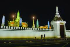 Straßen nähern sich Seiten dem großartigen Palast oder Emerald Buddha Temple Stockbild