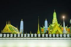 Straßen nähern sich Seiten dem großartigen Palast oder Emerald Buddha Temple Lizenzfreie Stockbilder