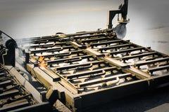 Straßen-Pflasterungs-Maschine funktioniert stockfotografie