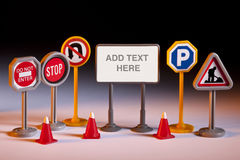 Straßen-Reparaturen - Spielzeug-Verkehrsschilder - fügen Text hinzu Lizenzfreie Stockfotos