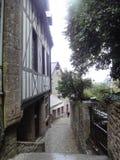 Straßen und Häuser von Mont Saint-Michel, Normandie, Frankreich Stockbilder
