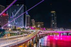 Straßen und Stadt nahe Fluss nachts lizenzfreies stockfoto
