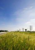 Straßen- und Strommasten Illinois USA im ländlichen Gebiet Lizenzfreie Stockbilder