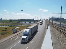 Straßen- und Trambrücke über dem Fluss Lizenzfreie Stockbilder