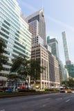 Straßen und Wolkenkratzer in der Mitte von New York City nahe 5. Allee Stockbilder