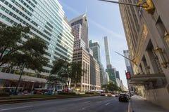 Straßen und Wolkenkratzer in der Mitte von New York City nahe 5. Allee Lizenzfreie Stockbilder