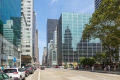 Straßen und Wolkenkratzer in der Mitte von New York City nahe 5. Allee Lizenzfreie Stockfotos
