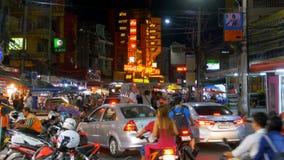 Straßen-Verkehr in Pattaya-Straße nachts, Thailand stock footage
