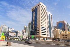 Straßen von Abu Dhabi, Hauptstadt von Vereinigte Arabische Emirate. Lizenzfreies Stockbild