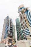 Straßen von Abu Dhabi mit Wolkenkratzern Stockfotografie