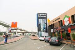 Straßen von Abu Dhabi mit Wolkenkratzern Lizenzfreies Stockfoto