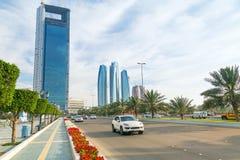 Straßen von Abu Dhabi mit Wolkenkratzern, UAE Lizenzfreies Stockfoto