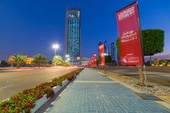 Straßen von Abu Dhabi nachts Stockfoto
