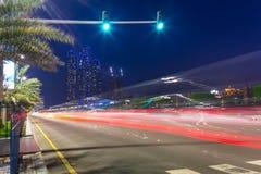 Straßen von Abu Dhabi nachts, UAE Stockfoto