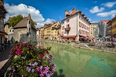 Straßen von Annecy an einem Sommertag Stockfotos