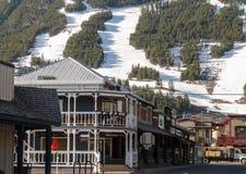 Straßen von Jackson Hole mit Ski neigt sich am Hintergrund Lizenzfreie Stockfotos
