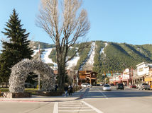 Straßen von Jackson Hole mit Ski neigt sich am Hintergrund Stockbild