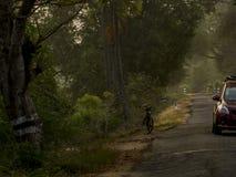 Straßen von ländlichem Indien Auto und der Zyklus lizenzfreie stockfotografie
