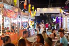 Straßen von Patong nachts, Thailand Stockbild