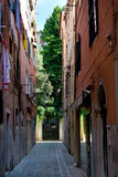 Straßen-Weg in Venedig am Sommer Stockfotografie