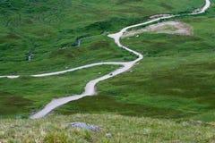 Straßen-Wicklung durch Tundra Lizenzfreie Stockfotografie