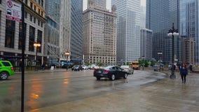 Straßenansicht in Chicago-Stadtzentrum bei Chicago River - CHICAGO, USA - 12. JUNI 2019 stock video