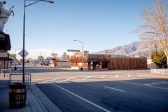Straßenansicht in das historische Dorf der einzigen Kiefer - EINZIGE KIEFER CA, USA - 29. MÄRZ 2019 lizenzfreie stockfotos